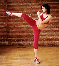 Roundhouse Kick A circular kick (your leg moves in an arc). Montagnani recommends doing it with the front leg because it puts less stress on the opposite knee.